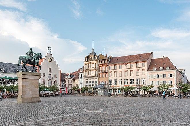 Rathausplatz (Ostseite) in der Landauer Innenstadt