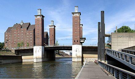 Schwanentorbrücke im Duisburger Innenhafen